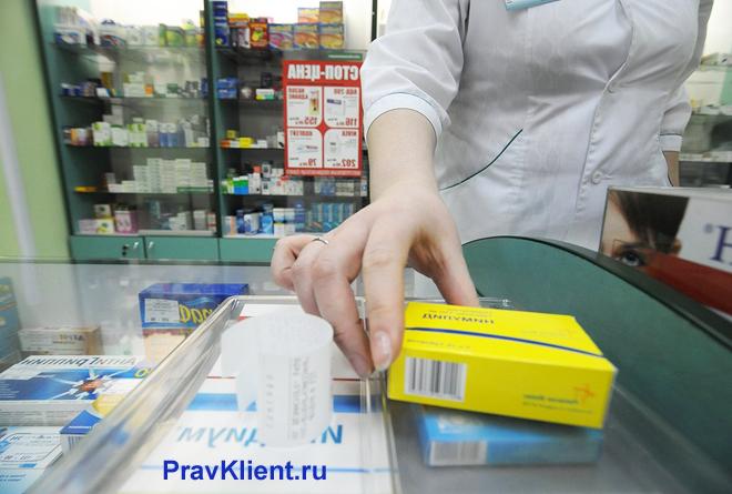 Фармацевт раскладывает таблетки