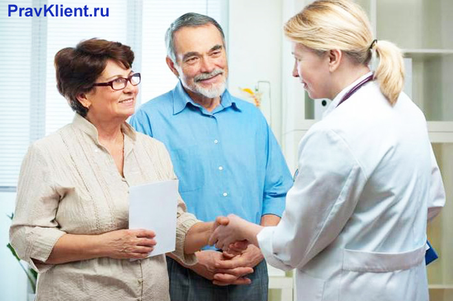 Семейная пара общается с врачом