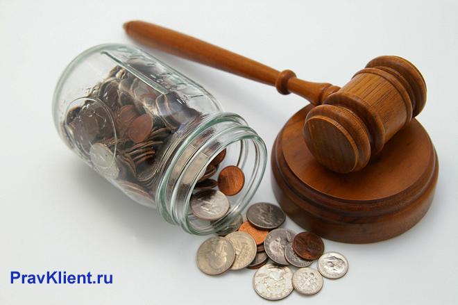 Стеклянная банка с монетами, деревянный молоточек