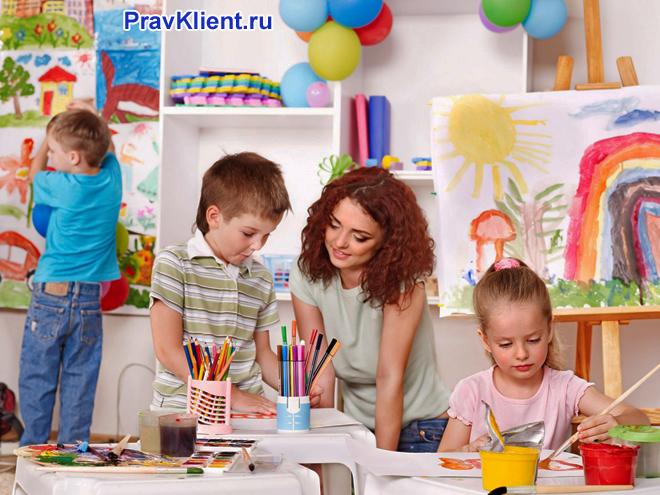 Педагог рисует вместе с детьми
