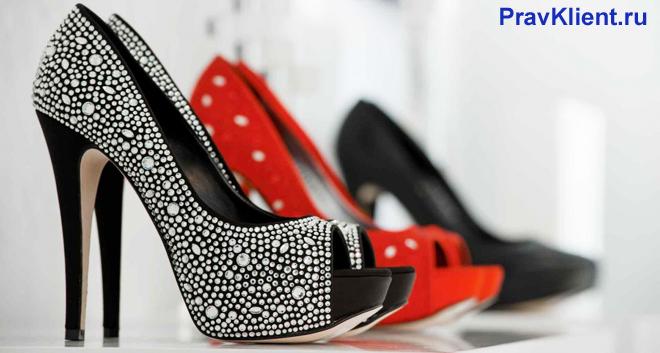 Красная туфля и туфля со стразами