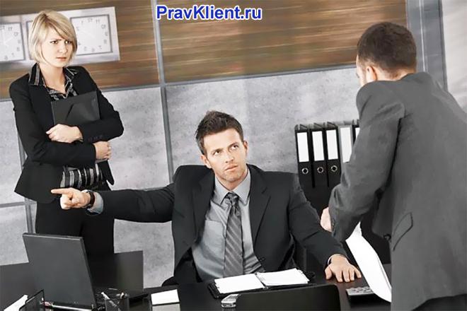 Коллеги ведут дискуссию в офисе