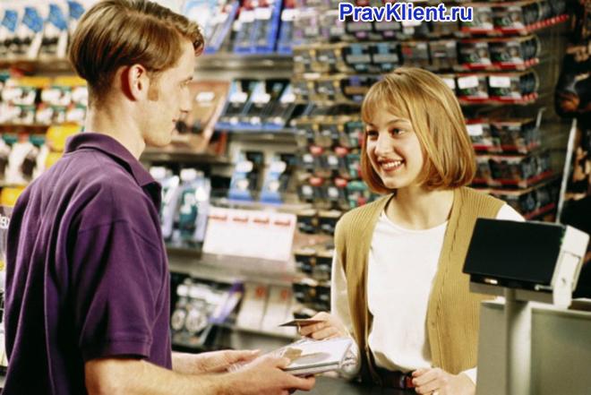 Продавец общается с покупателем