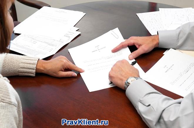 Бизнес-партнеры подписывают документацию за столом переговоров