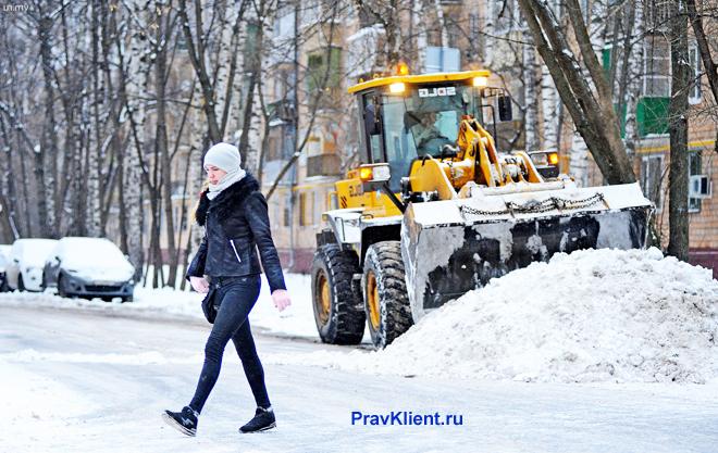 Снегоуборочная техника убирает снег во дворе