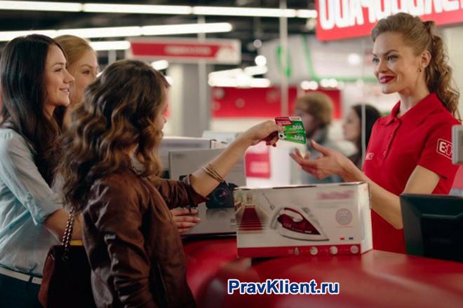 Девушка покупает утюг