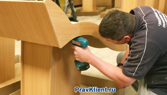 Мужчина ремонтирует мебель