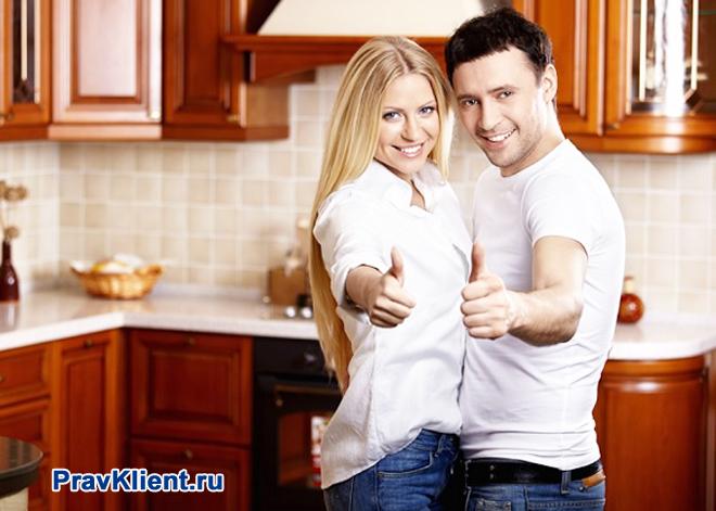 Счастливая семейная пара на новой кухне