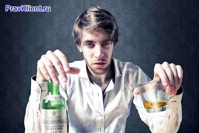 Мужчина выпивает вино в одиночестве