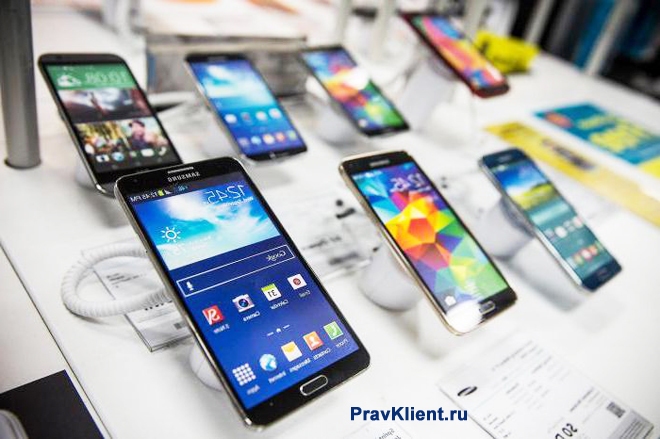 Витрина с мобильными телефонами