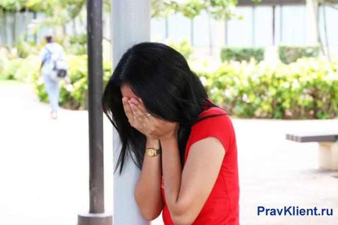 Расстроенная девушка плачет на улице