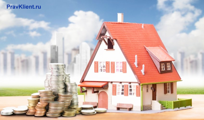 Частный дом, деньги на фоне многоэтажных домов