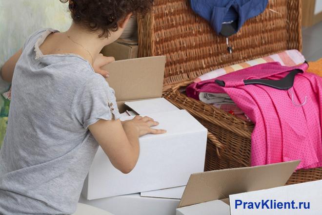Девушка укладывает вещи в чемодан