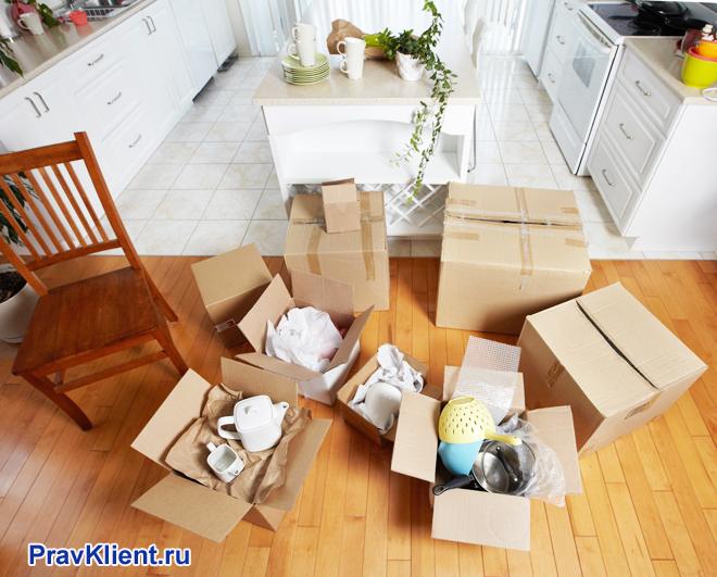 Вещи в коробках на кухне