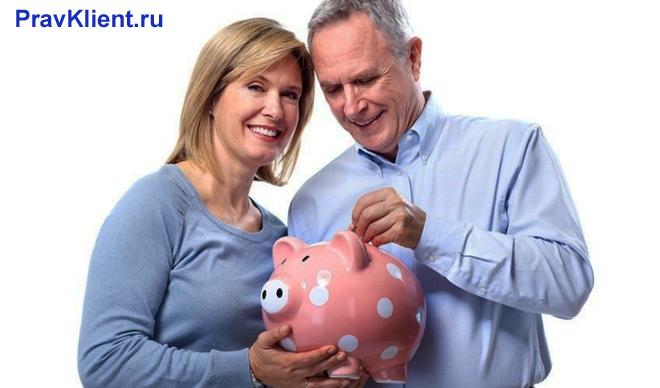 Мужчина и женщина откладывают монеты в копилку