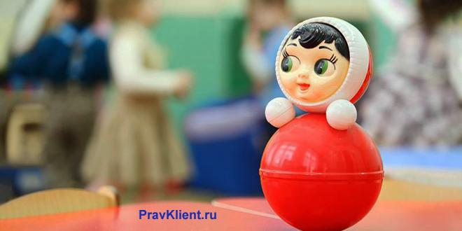 Игрушка Матрешка на фоне детей