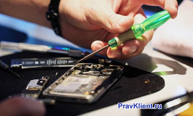 Мужчина ремонтирует телефон