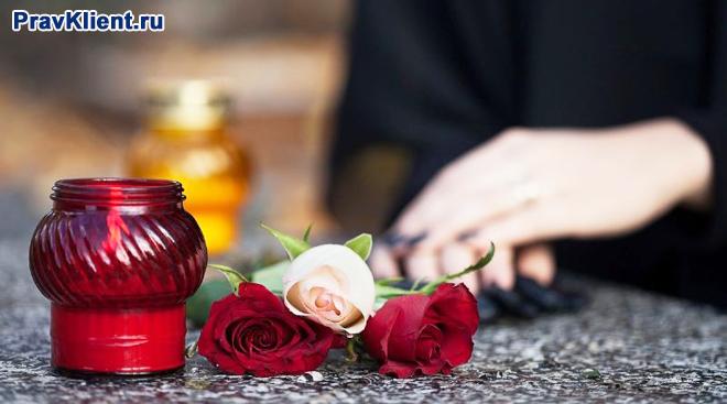 Женщина в темном , три розы