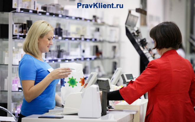 Продавец проводит покупку на кассе