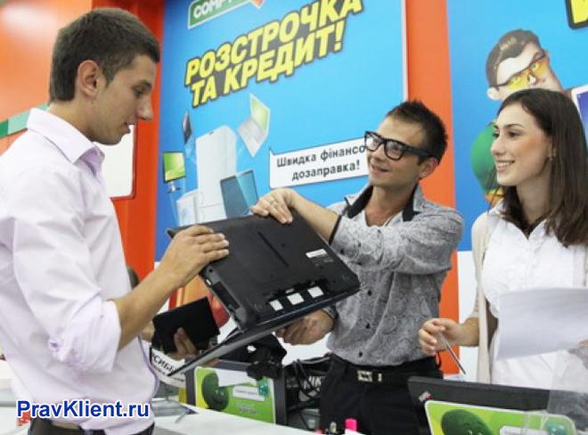 Мужчина покупает ноутбук в рассрочку
