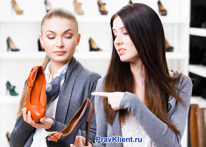 Консультант предлгает примерить девушке туфли