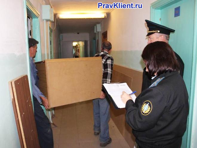 Выселение из квартиры под присмотром полициии