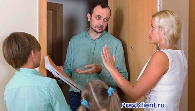 Мужчина объясняет содержимое документов семье