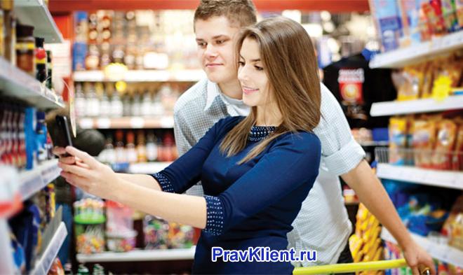 Семейная пара делает покупки в универсаме