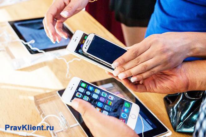 Покупатель выбирает телефон