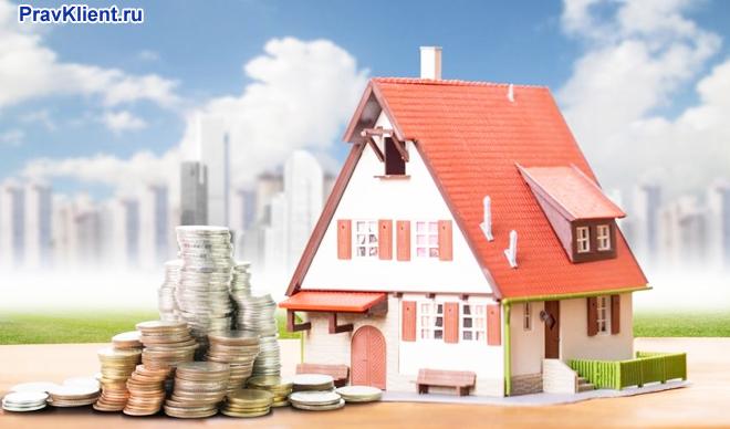 Частный дом, монеты на фоне многоэтажных домов