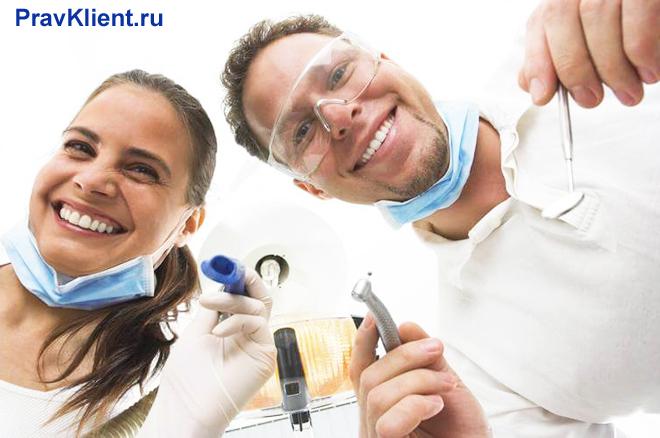 Стоматологи с инструментами в руках