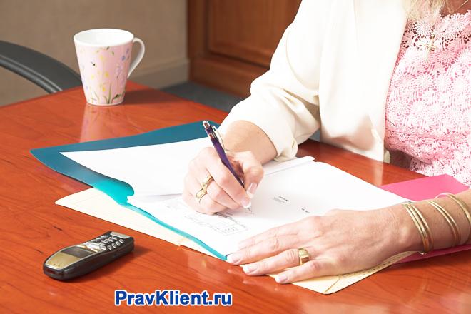 Бизнес-леди занята бумажной работой