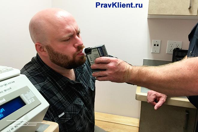 Мужчину проверяют на алкоголь в крови