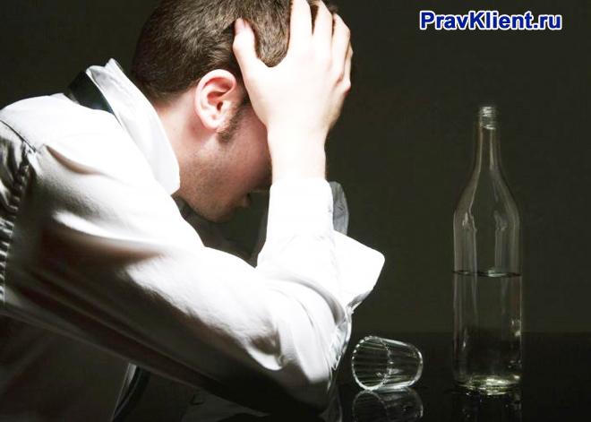 Бизнесмен выпивает спиртные напитки