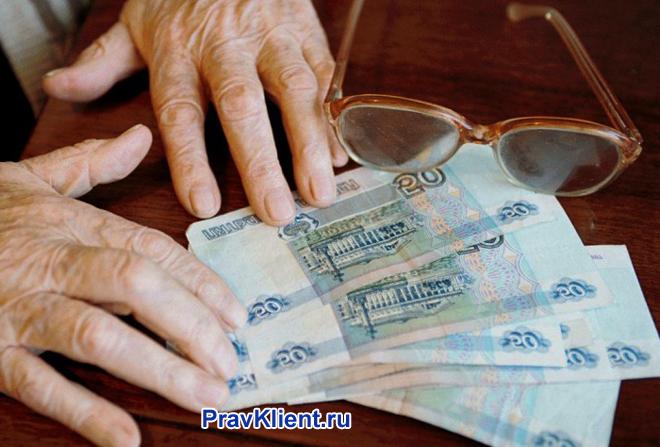 Мужчина пересчитывает свою пенсию