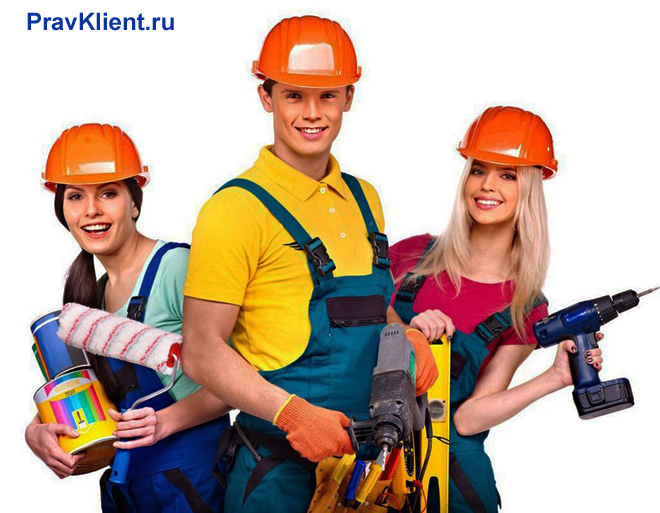 Две девушки и мужчина со строительными инструментами