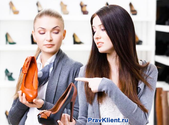 Девушка выбирает новую пару туфель