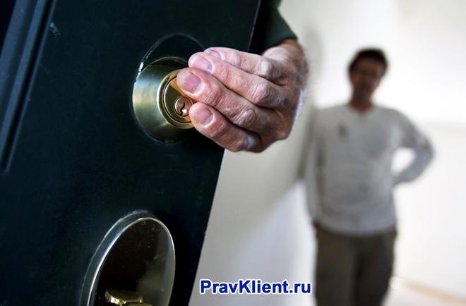 Жилец квартиры закрывает за собой входную дверь
