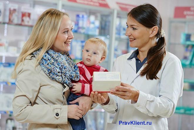 Мама с ребенком покупает лекарства в аптеке