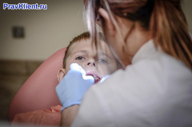 Детский стоматолог за работой