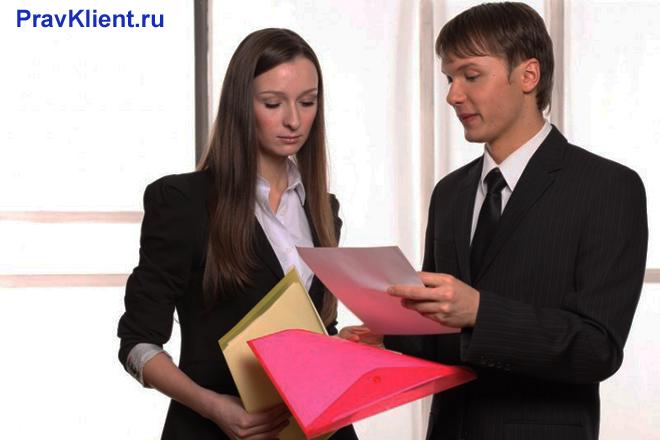 Коллеги общаются по работе
