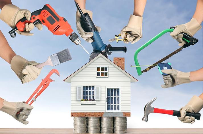 Дом ремонтируют разными инструментами