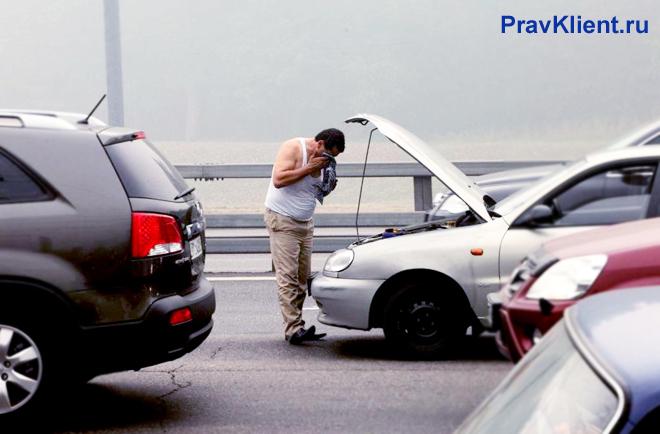 У мужчины сломался автомобиль на мосту