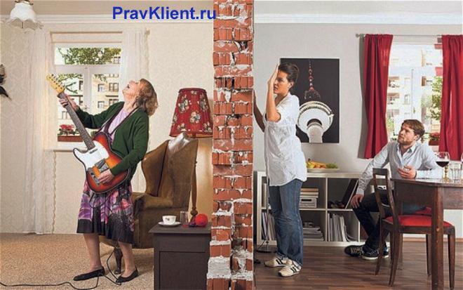 Женщина играет на гитаре, соседи стучат ей в стенку
