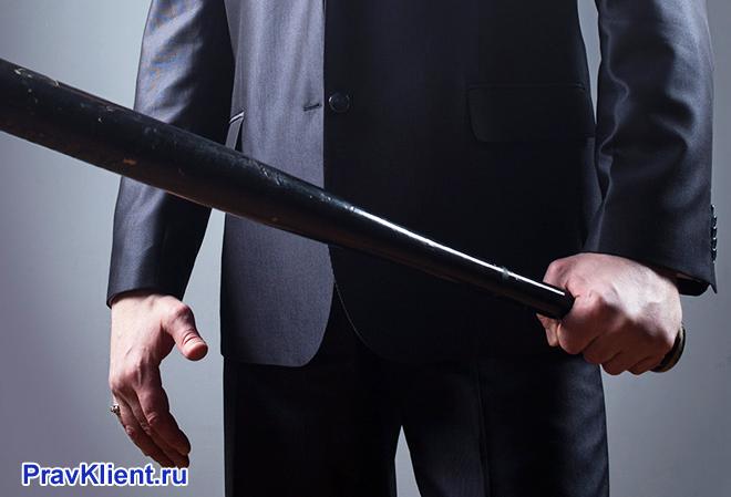 Бизнесмен стоит с битой