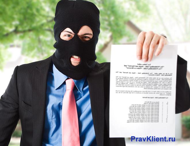 Мужчина в маске держит в руке документ