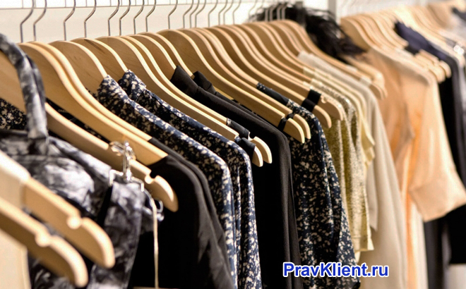 Одежда висит на вешалках