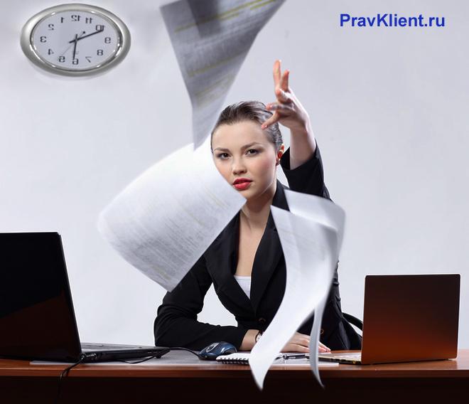 Девушка швыряет вверх бумаги со стола