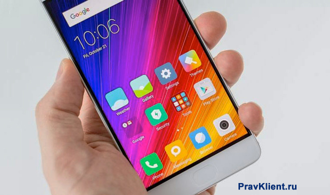 Мужчина держит в руке мобильный телфон