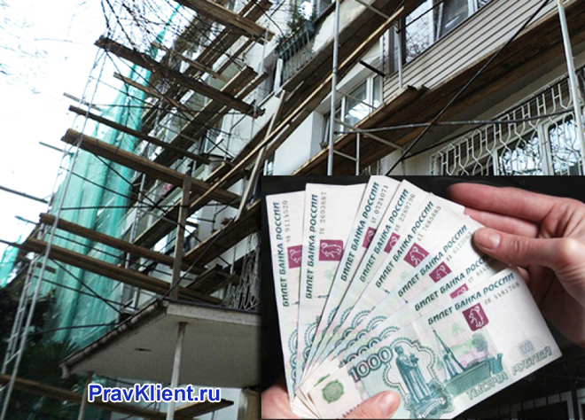 Человек держит в руке денежные купюры на фоне стройки